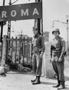 Il generale Mark Clark sotto al cartello di ingresso a Roma (foto National Archives)
