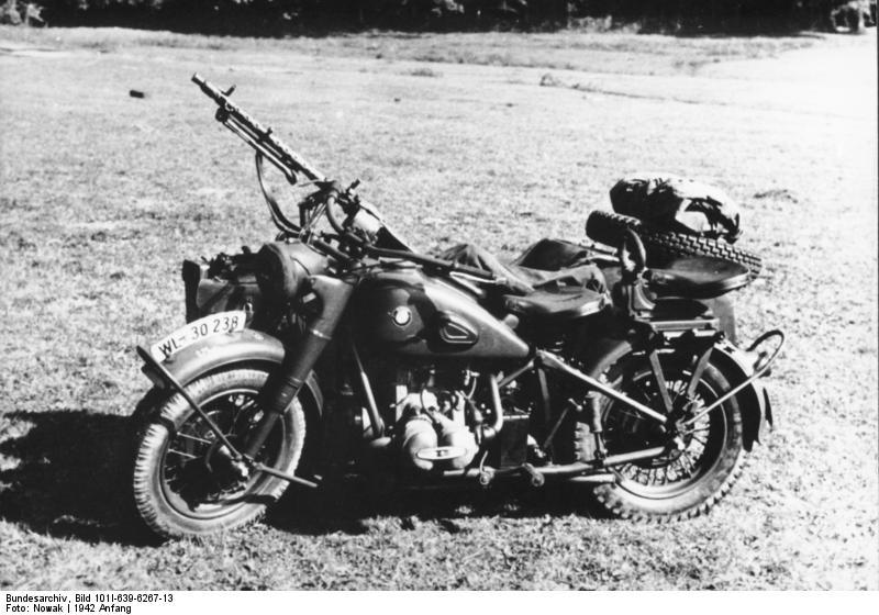 Motorrad BMW R75 mit Beiwagen und MG (Bunseerarchiv Wikicommons