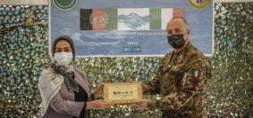 La consegna della targa per la donazione all'associazione femminile di Herat