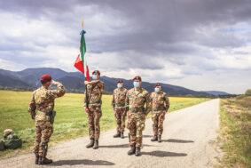 Aviolancio della bandiera del nembo per la battaglia di case grizzano (Foto Esercito Italiano)