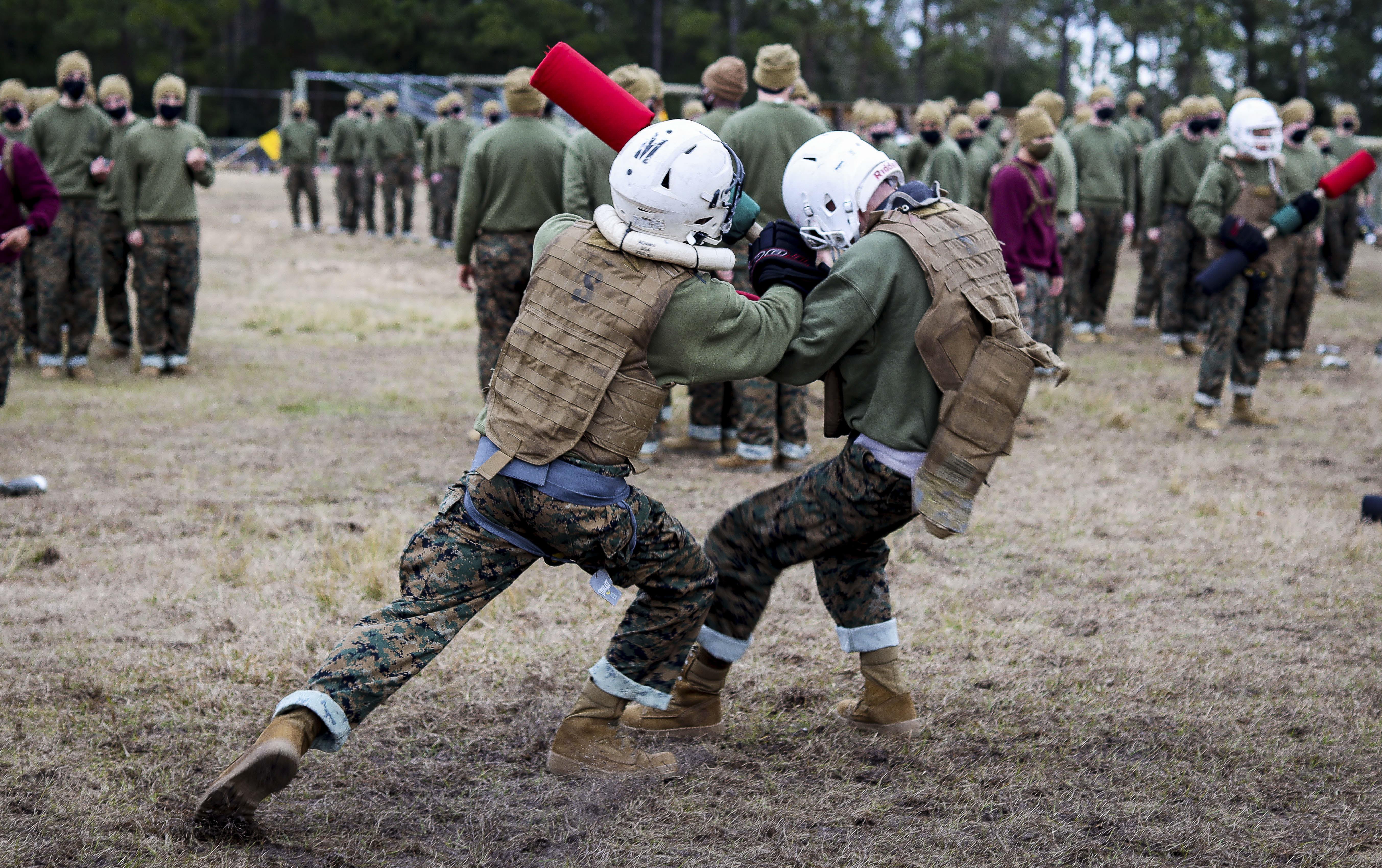 Addestramento con i Pugil Sticks a Parris Island (U.S. Marine Corps photo by Cpl. Dylan Walters)