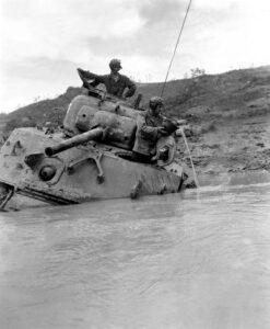 Uno Sherman in panne attende di essere rimorchiato (Marine Corps)