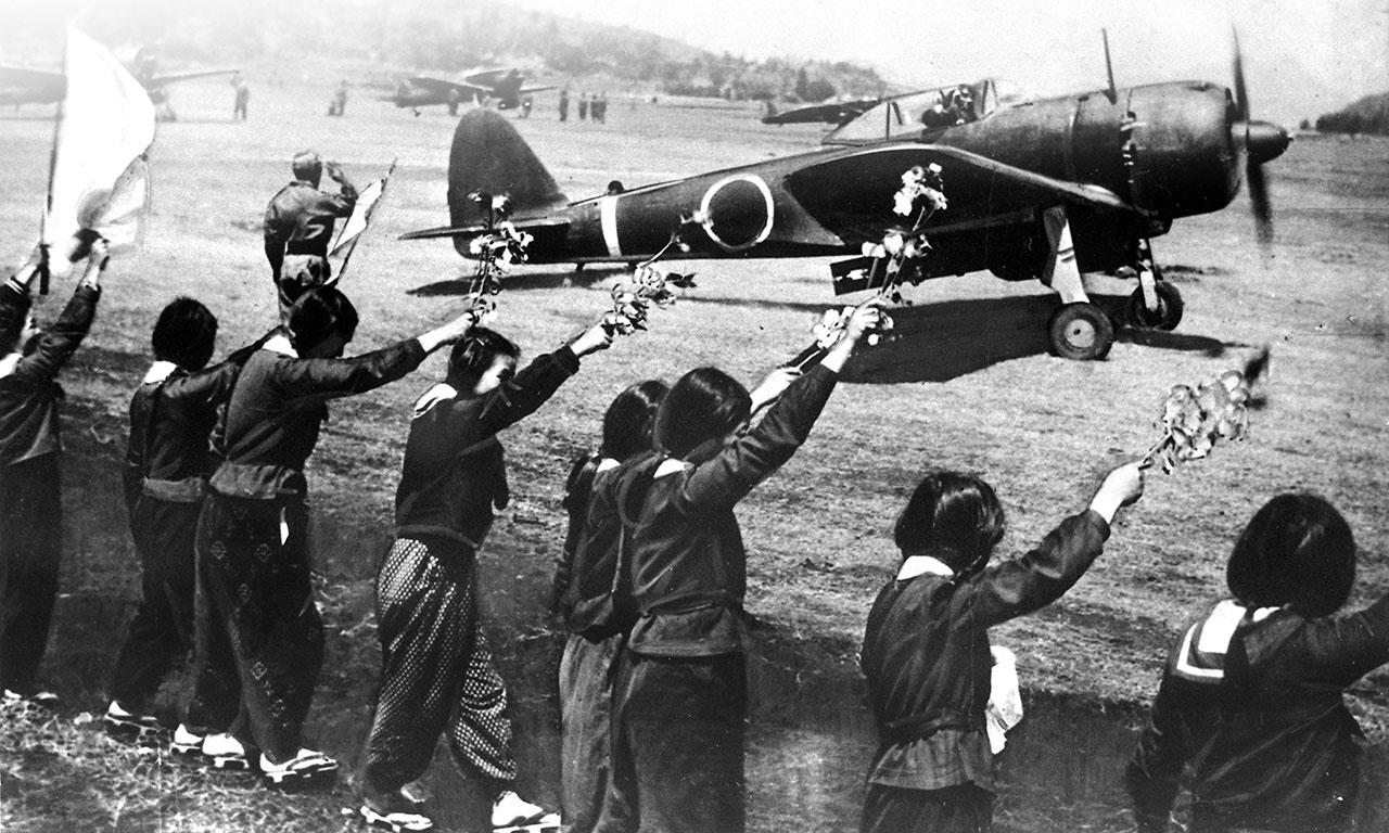 Le ragazze della scuola di Chiran salutano i kamikaze in partenza
