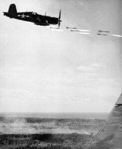 Un F4U Corsair scarica i suoi razzi sulle truppe nemiche (Marine Corps)