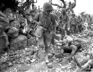 I Marines attraversano i campi di battaglia di Okinawa piene di cadaveri giapponesi