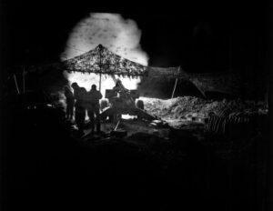 Bombardamento notturno Usa a Okinawa (ph Marine Corps)
