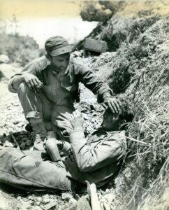 Un marine soccorse un commilitone (Marine Corps)