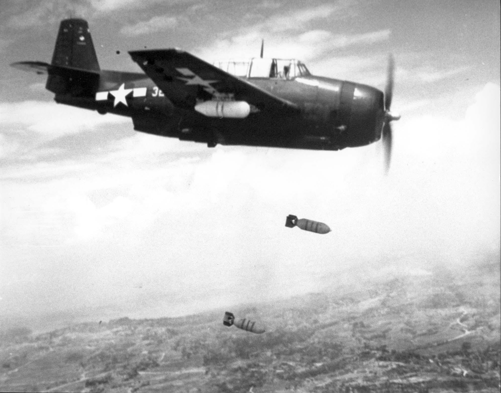 Un Avenger sgancia le sue bombe sulle postazioni giapponesi