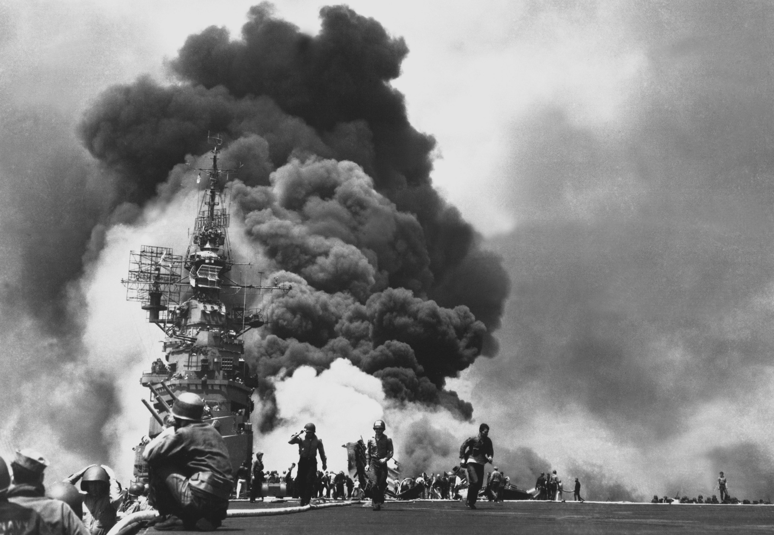 La USS Bunker Hill colpita da due kamikaze