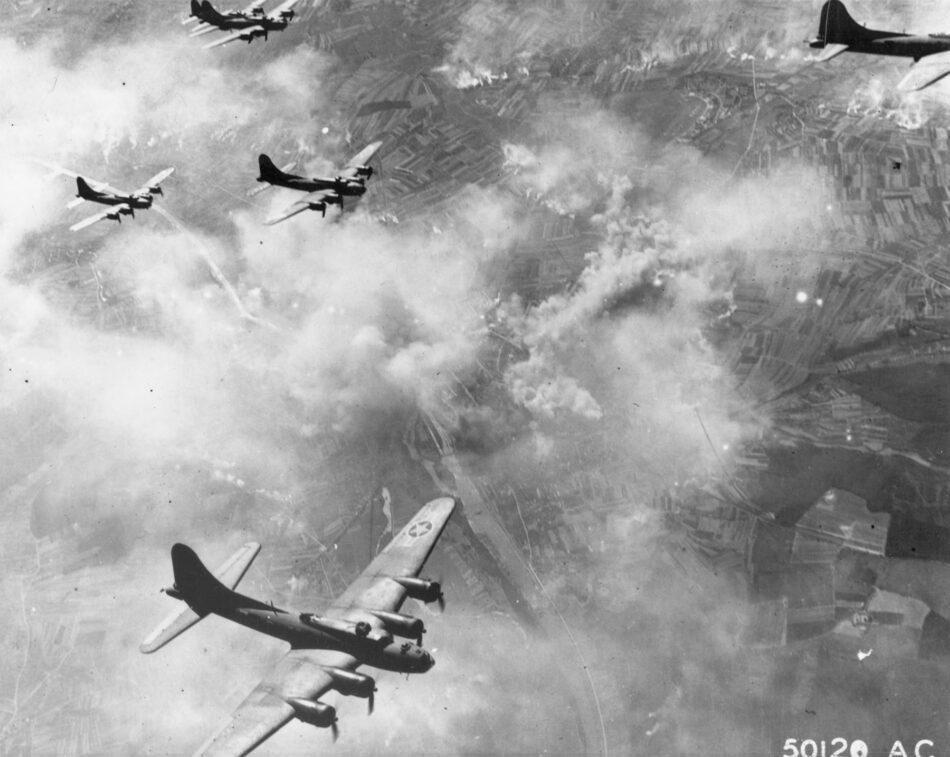 Una formazione di Boeing B-17F in volo su Schweinfurt,Germania, nell'agosto 1943. (U.S. Air Force photo)