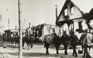 Est europa nazisti incendiano un villaggio