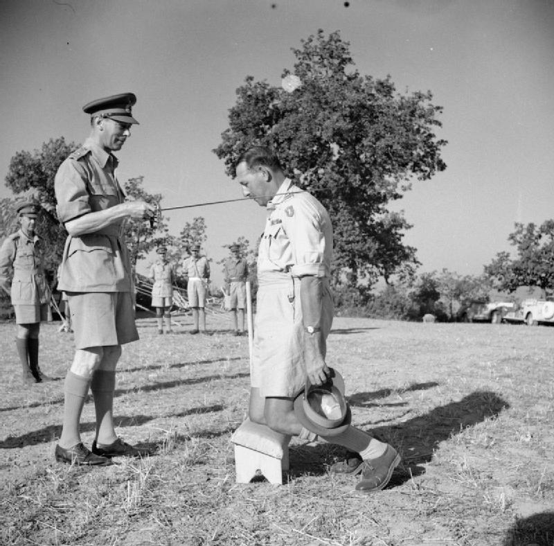 George VI nomina cavaliere il generale Leese (IWM)