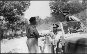 Brigadier Inglis saluta Re George VI durante la visita del re alle truppe neozelandesi . Foto di George Kay circa 26 July 1944, durante l'avanzata verso Firenze. (National Library of New Zealand)