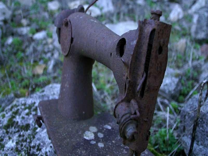 Una macchina da cucire, rimasta ad arrugginire dopo il saccheggio nazista di Oradour