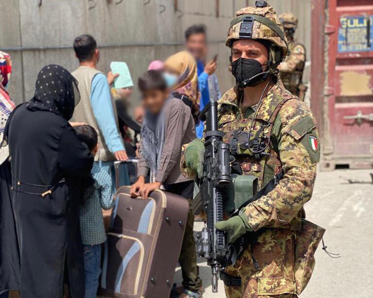 Paracadutista dell'Esercito durante l'evacuazione a Kabul (foto Esercito Italiano)
