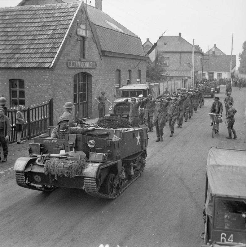 Prigionieri tedeschi incolonnati dietro a un Bren gin Carrier inglese IWM